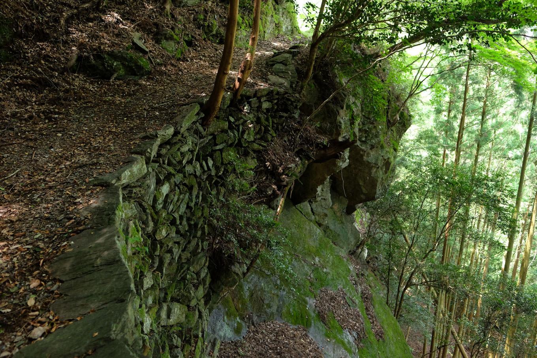 断崖にへばりつく石積みの道。