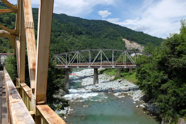 南小川と吉野川の出合いには、幾本もの橋が架かる。