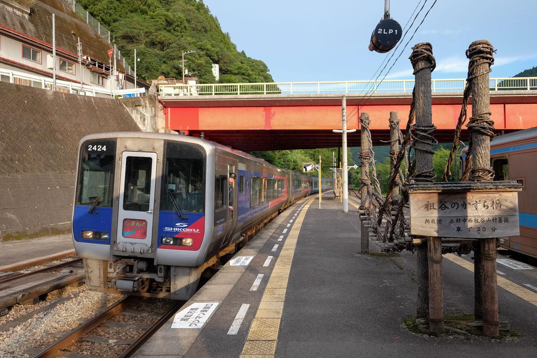 大歩危駅に入線する高松・岡山行き特急列車。しまんと6号・南風24号。
