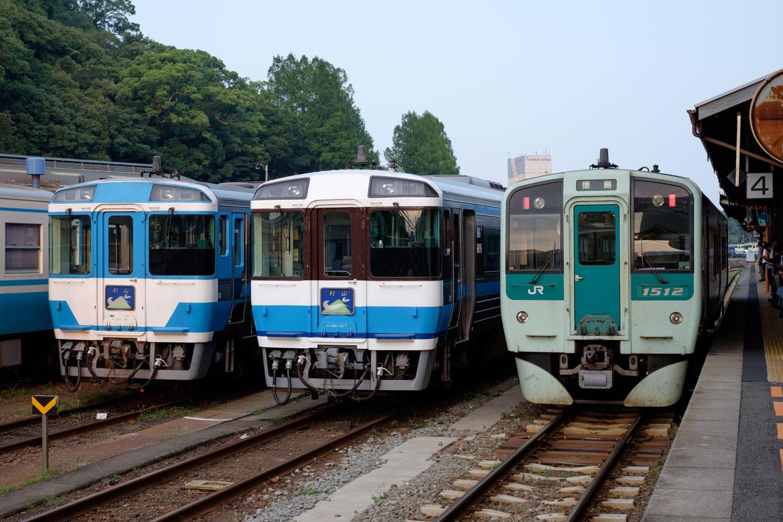徳島駅に到着した普通列車 4572D。