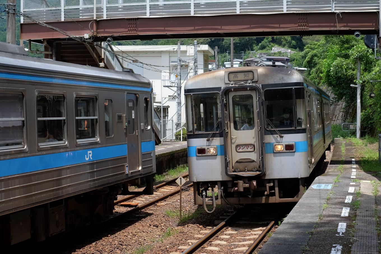 土佐岩原駅に入線する高知行き普通列車 4231D。