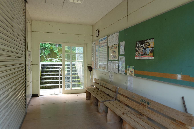 土佐岩原駅舎の内部は通路のみが使われていた。