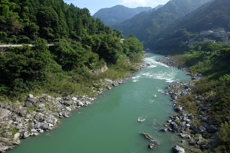 駅前を流れる吉野川。