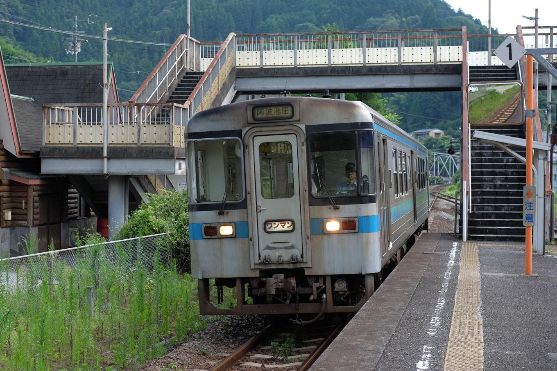 豊永駅に入線する阿波池田行き普通列車 4248D。