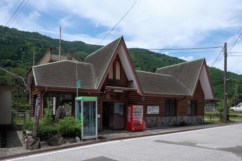 ログハウス風の豊永駅舎。