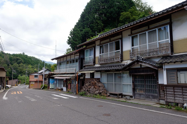 那岐駅近くの家並み。
