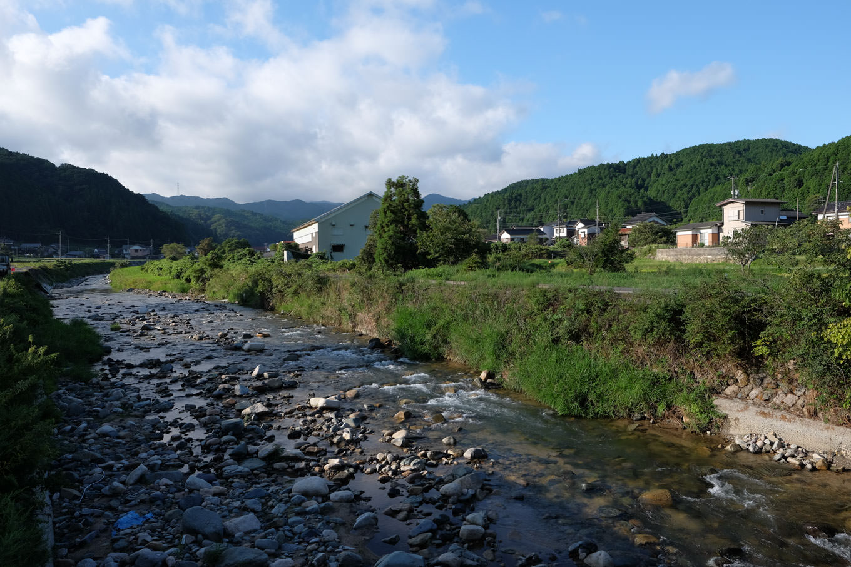 駅近くを流れる土師川。