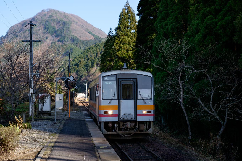 知和駅に入線する、普通列車の津山行き 677D。