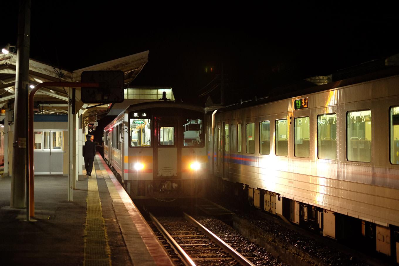 智頭駅で発車を待つ、普通列車の津山行き 673D。