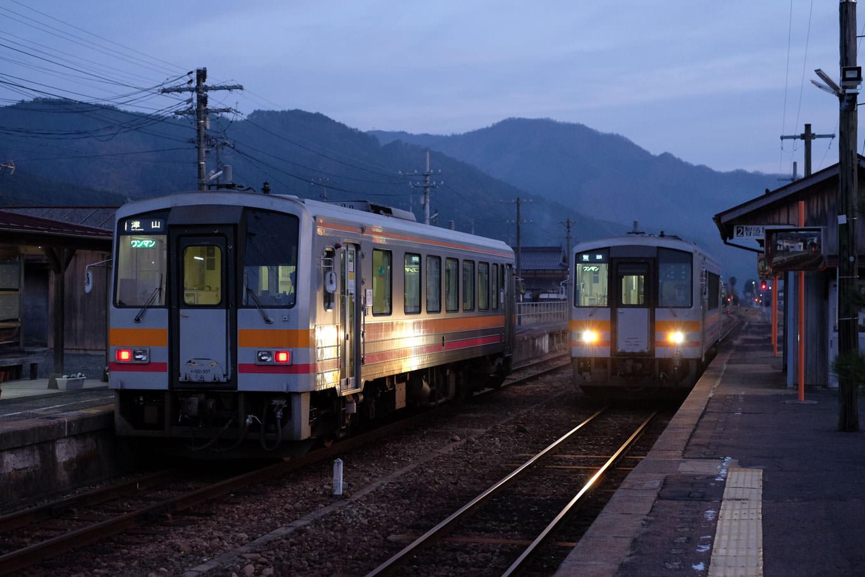 美作加茂駅に入線する、普通列車の智頭行き 684D。