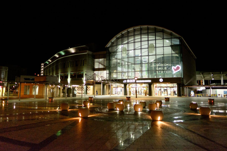 夜明け前の高松駅。
