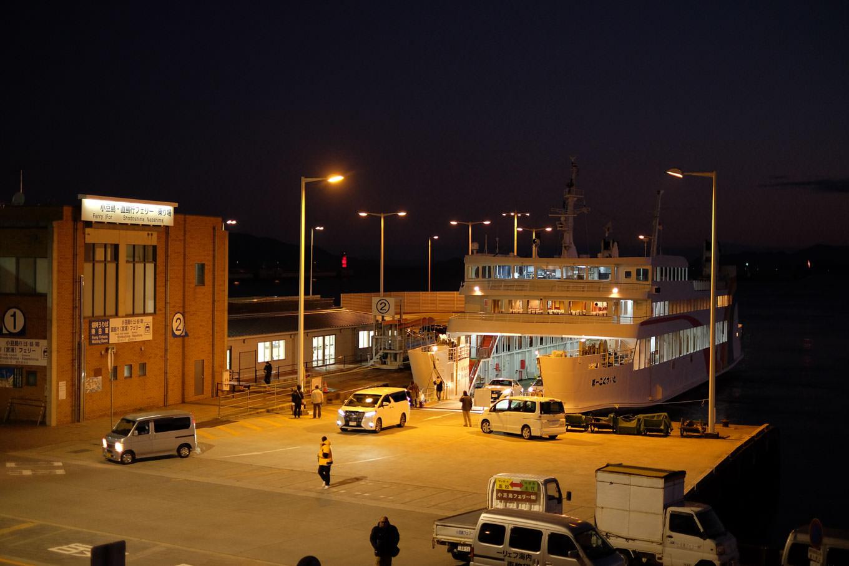 高松港に停泊中の、国際フェリーの池田港行き。