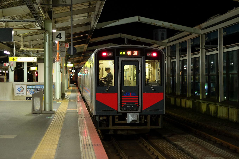 鳥取駅で発車を待つ、普通列車の智頭行き 651D。
