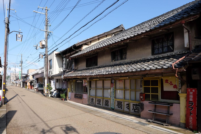 古びた建物が散見される市街。