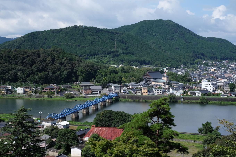 綾部大橋から四尾山の眺め。