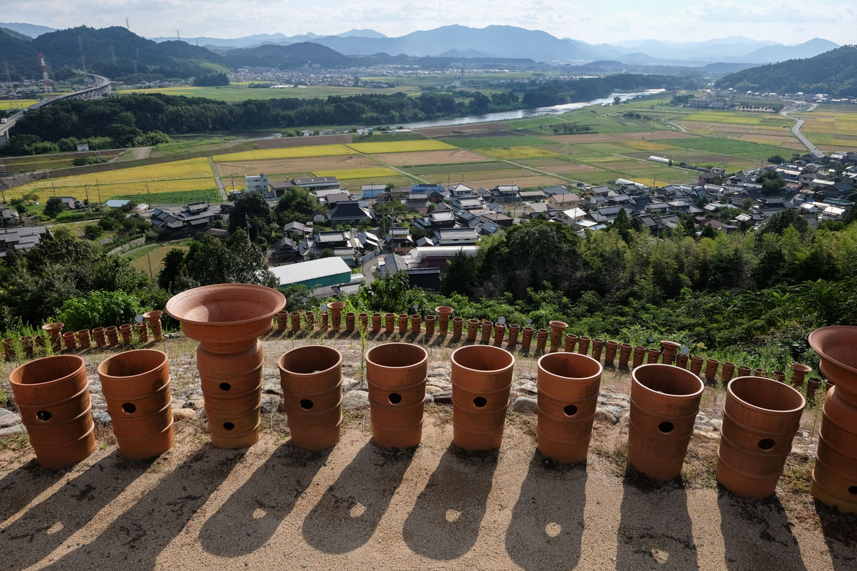 円筒埴輪の並ぶ墳丘上からの眺め。