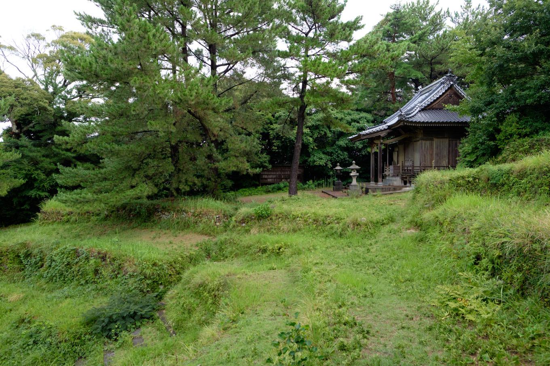 桟敷席の傍らに建つ赤崎神社の拝殿。