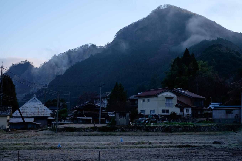知和の集落と、背後にそびえる矢筈山。