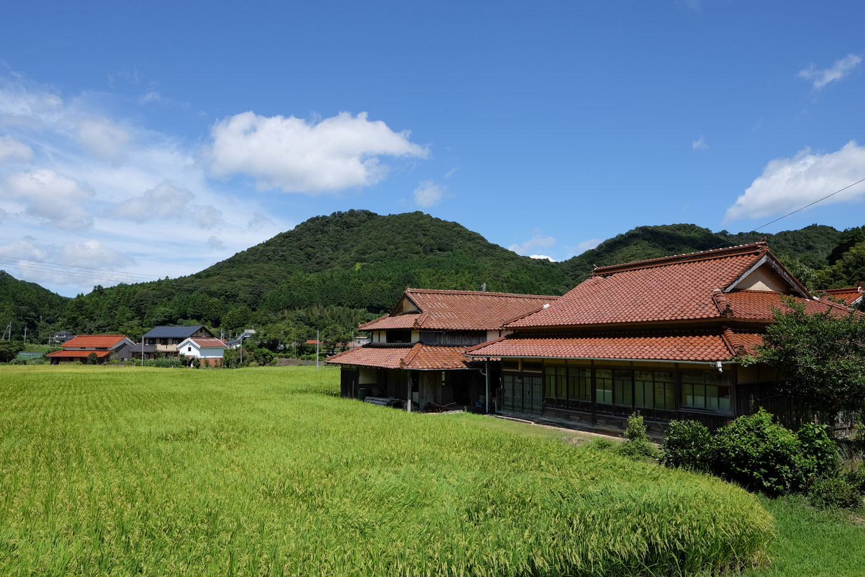 水田に農家の散らばるのどかな景色が広がる。