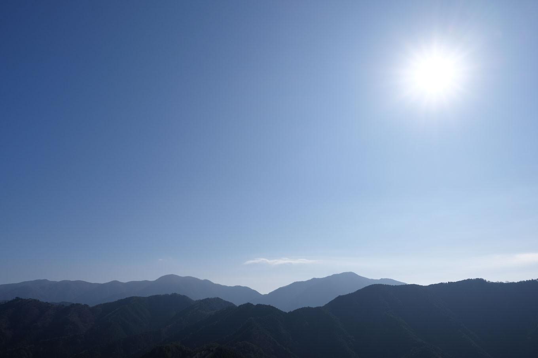 県境の那岐山から広戸仙へと連なる山並み。