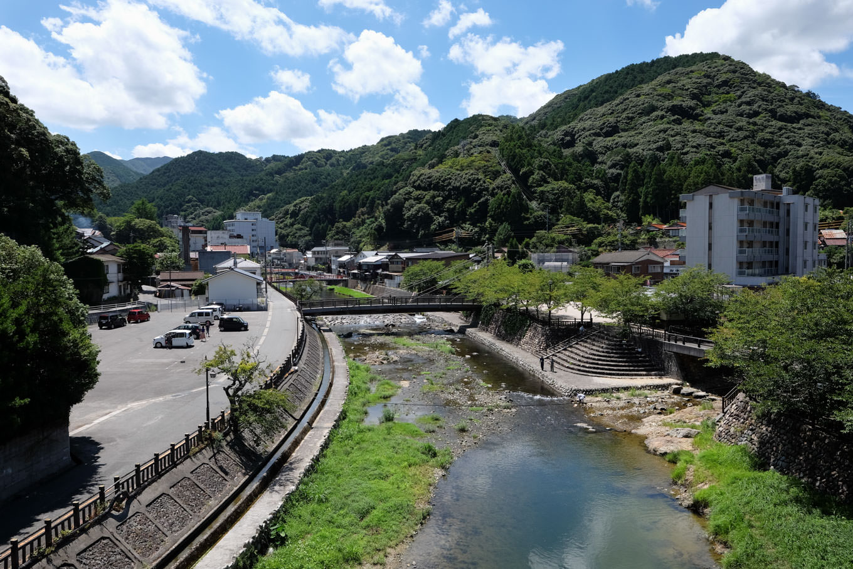 音信川沿いに広がる温泉街。