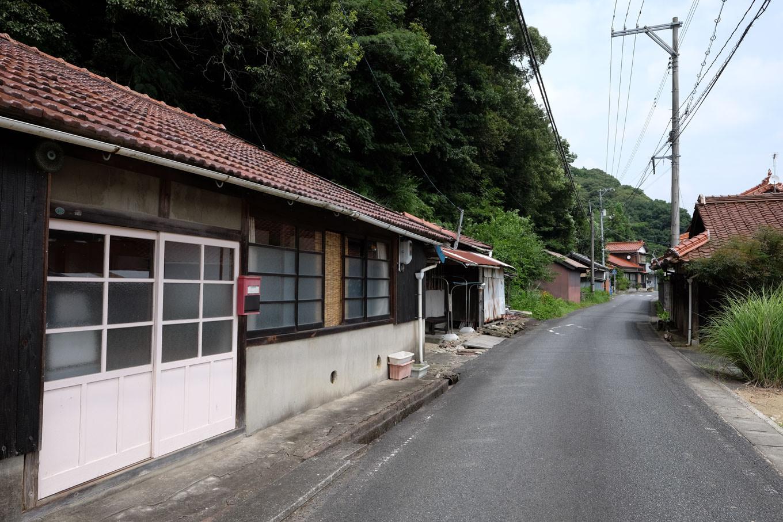 数軒の建物がある駅前通り。