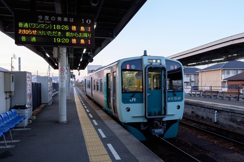 阿南駅で発車を待つ、普通列車の徳島行き 4576D。