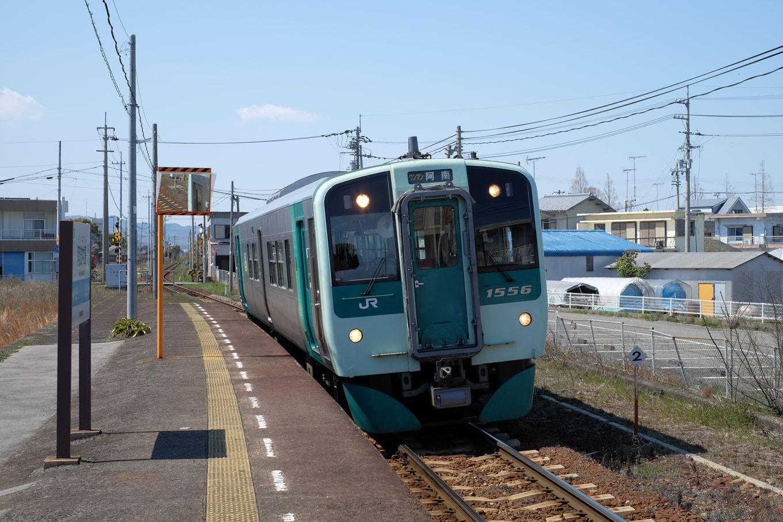 阿波中島駅に入線する、普通列車の阿南行き 4547D。