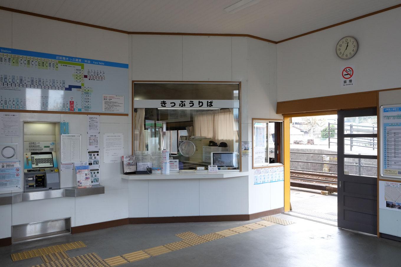 羽ノ浦駅の窓口周辺。