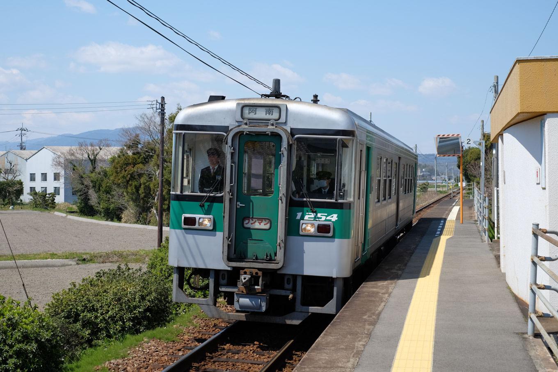 西原駅に入線する、普通列車の阿南行き 4541D。