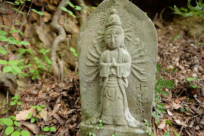 参道に並ぶ石仏。