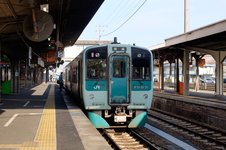 徳島駅で発車を待つ、普通列車の阿南行き 531D。