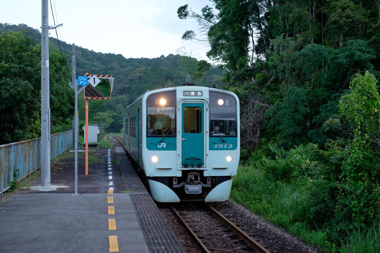 普通列車の徳島行き 4580D。