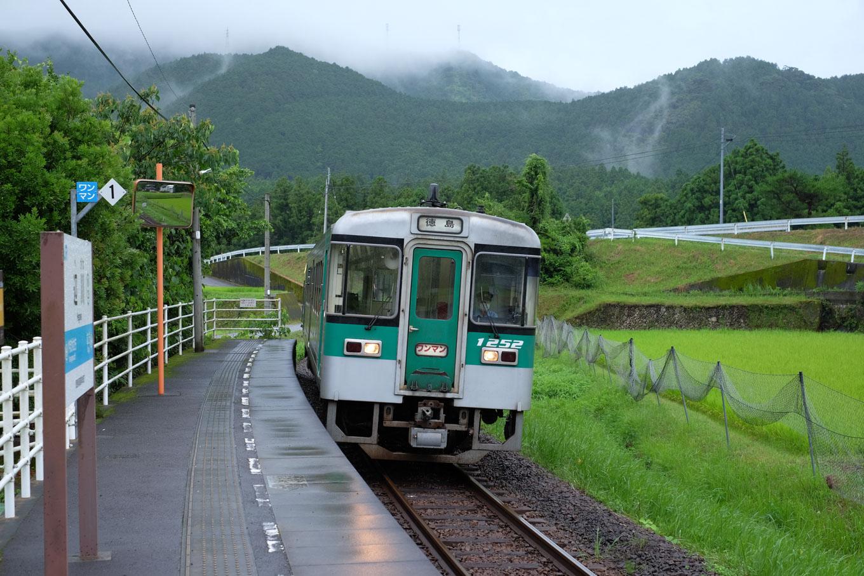 辺川駅に入線する普通列車の徳島行き 4570D。