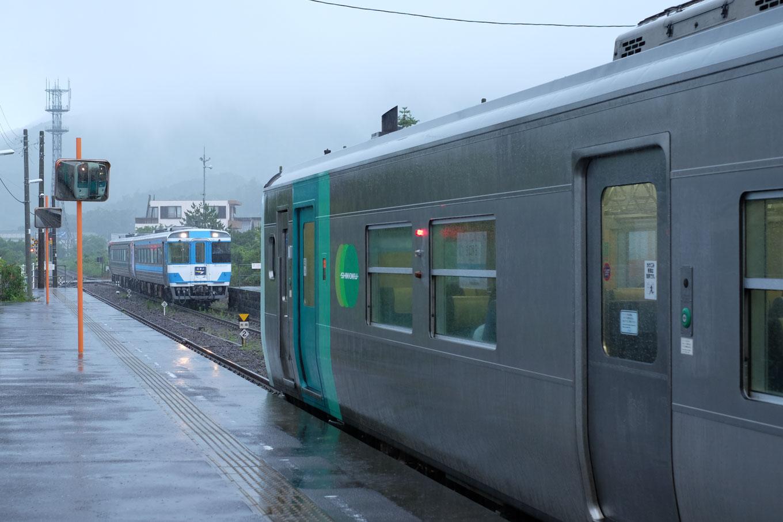 日和佐駅で徳島行きの特急、むろと2号とすれちがう。