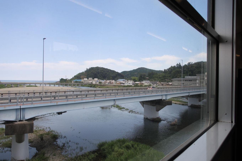 海部行き 4533D の車窓から海部川を眺める。
