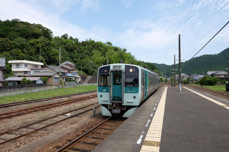牟岐駅に入線する、普通列車の海部行き 4533D。