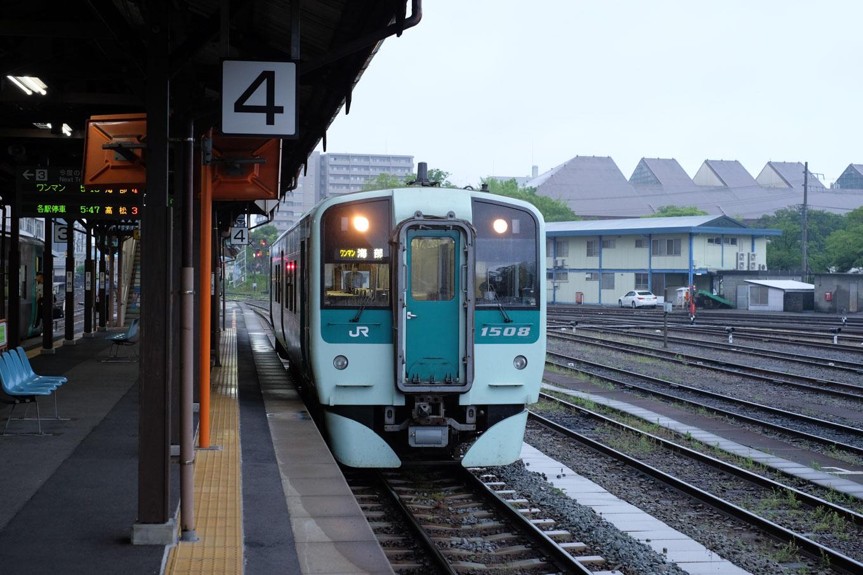 徳島駅ホームで発車を待つ、普通列車の海部行き 4523D。