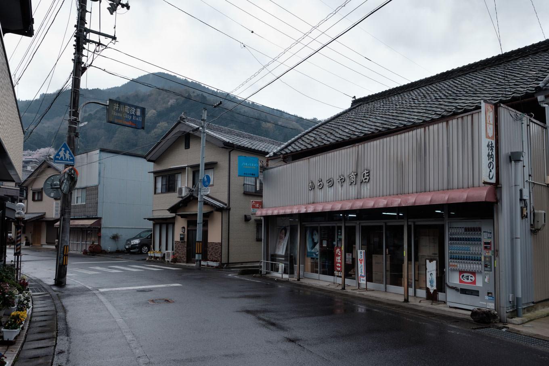 辻駅周辺の古びた町並み。