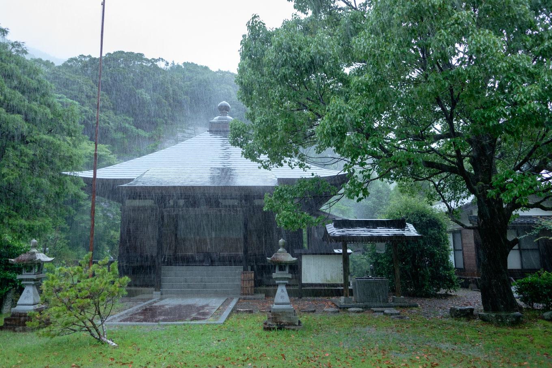 豪雨の打越寺。