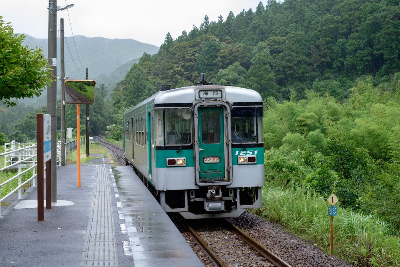 山河内駅に入線する普通列車の海部行き 4541D。
