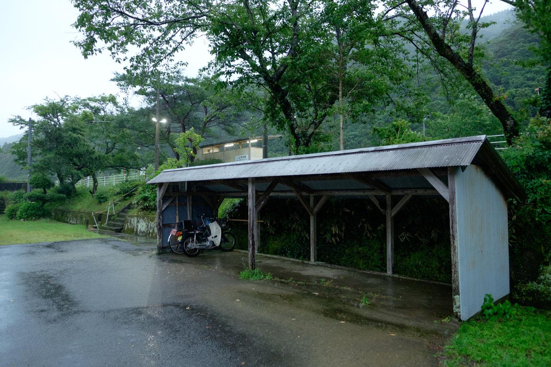ホーム下の駅舎跡と駐輪場。