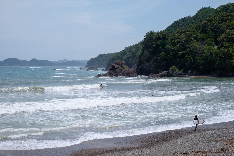 サーファーで賑わう内妻海岸。
