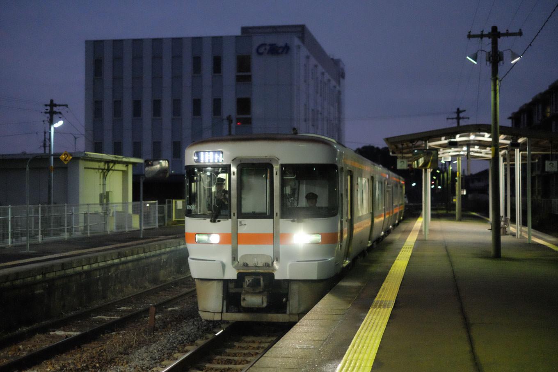 阿漕駅に入線する、普通列車の亀山行き 938D。