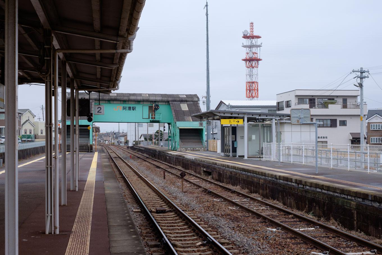 阿漕駅ホーム。