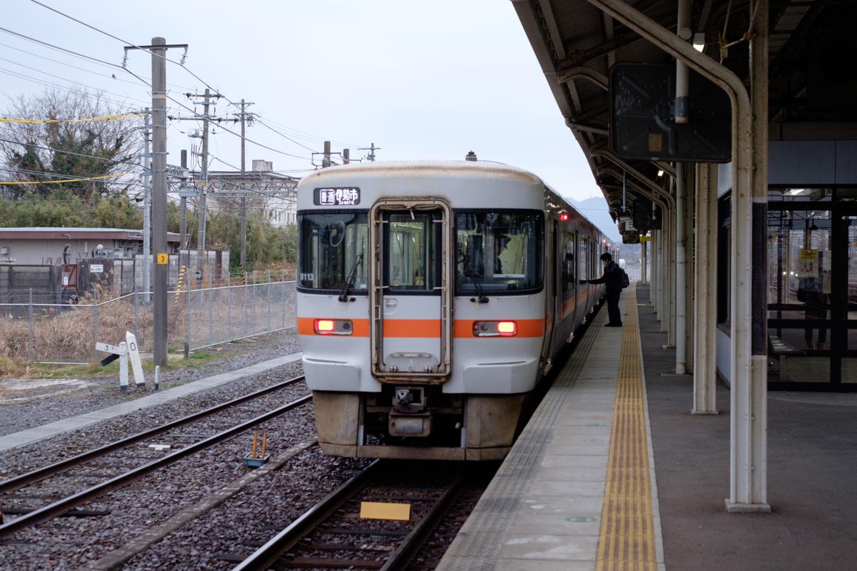 亀山駅の5番線に停車中の、普通列車の伊勢市行き 917D。