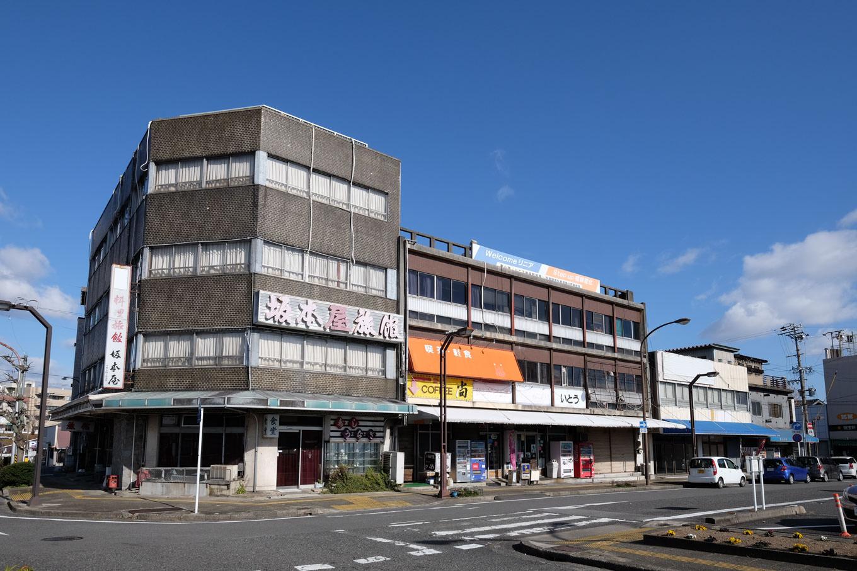 駅前には営業しているのか分からないような旅館や店舗が並んでいる。