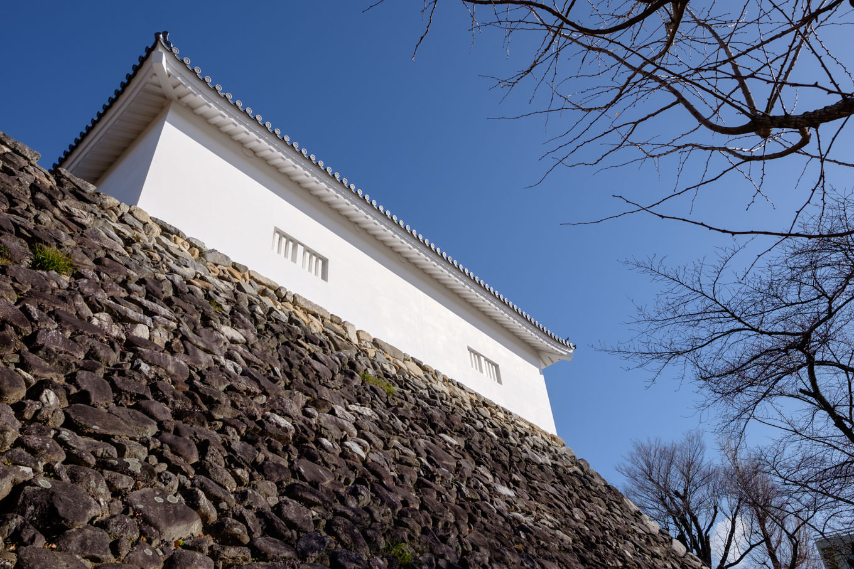 野面積みの石垣上に座る、白漆喰の眩しい多門櫓。