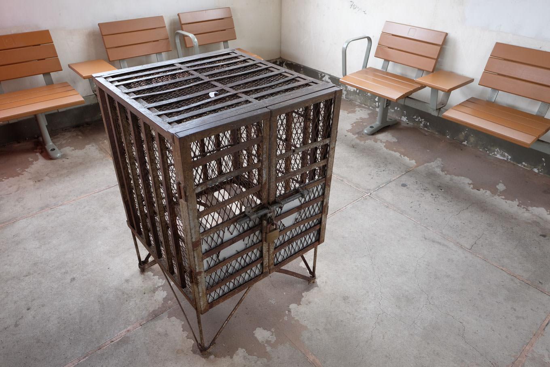 待合室の中央には小動物でも飼育できそうな、金網で作られた正方形の籠が置いてあった。今も現役なのか知らないがストーブを入れるに違いない。
