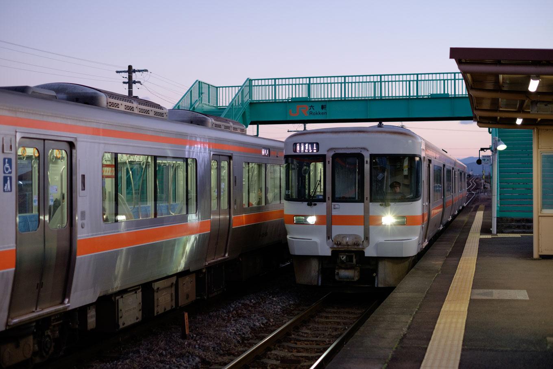 薄明の六軒駅に入線する、普通列車の亀山行き 938D。